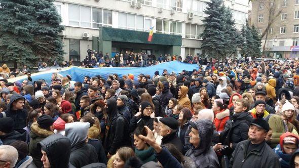 Tinerii protestează împotriva fraudelor de la alegeri