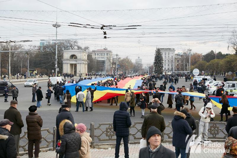 """(FOTO) Cum a avut loc evenimentul """"1 kilometru de tricolor de 1 decembrie"""""""
