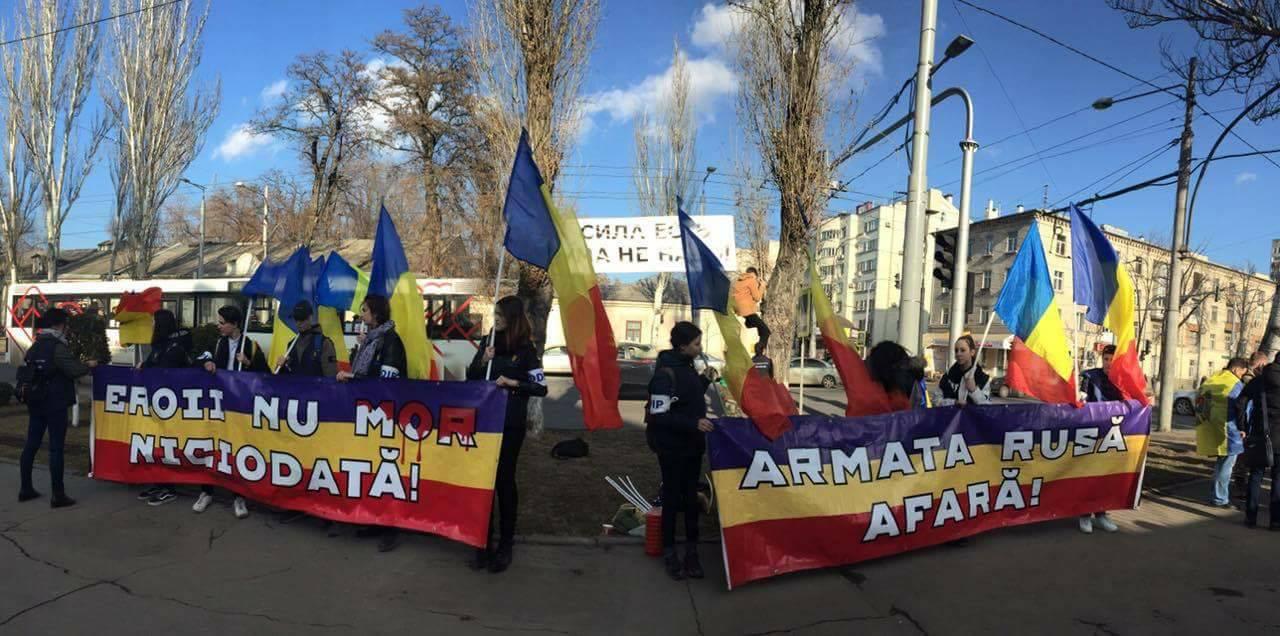 Flashmob// Tinerii de la ODIP le-au arătat ruşilor sângele vărsat al celor care au luptat în Transnistria