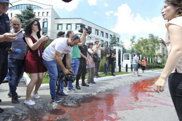 Au fost trimişi acasă de ziua lor naţională// Unioniştii au organizat un flashmob inedit la Ambasada Rusiei