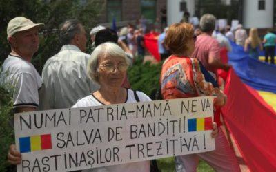(FOTO/VIDEO) Vor limba română în Legea Supremă! De Ziua Constituției, unioniștii au protestat la Parlament