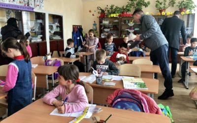 Un microbuz plin cu haine, cărți și jucării pentru elevii școlii din satul Aluatu