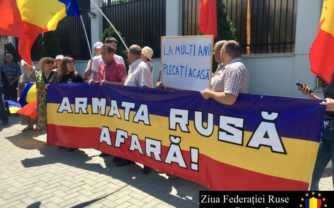La mulți ani, plecați acasă! Unioniștii au organizat un flashmob în fața Ambasadei Federației Ruse la Chișinău