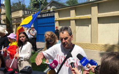 Flashmob în fața Delegației UE la Chișinău. Mai multe persoane, nemulțumite de faptul că nu au putut vota, au depus o petiție