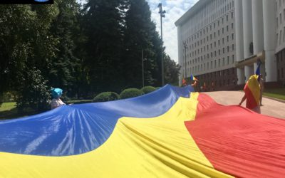 Vor limba română în Legea Supremă! De Ziua Constituției, unioniștii au organizat un flashmob la Parlament