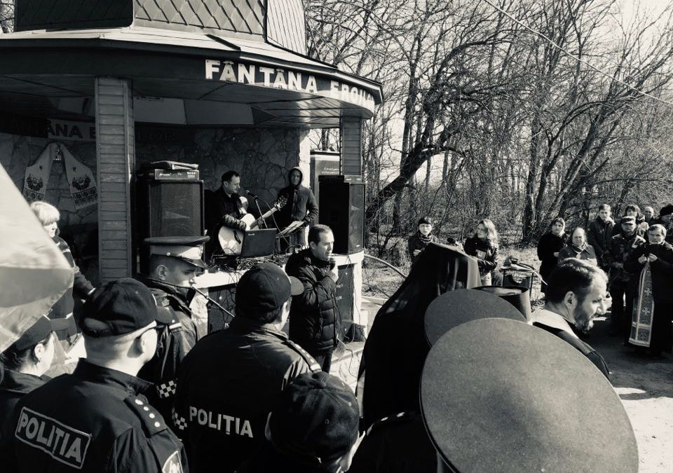 (FOTO/VIDEO) Eroii căzuți în războiul moldo-rus din 1992, comemorați la Fântâna Eroilor din satul Varnița, Anenii Noi