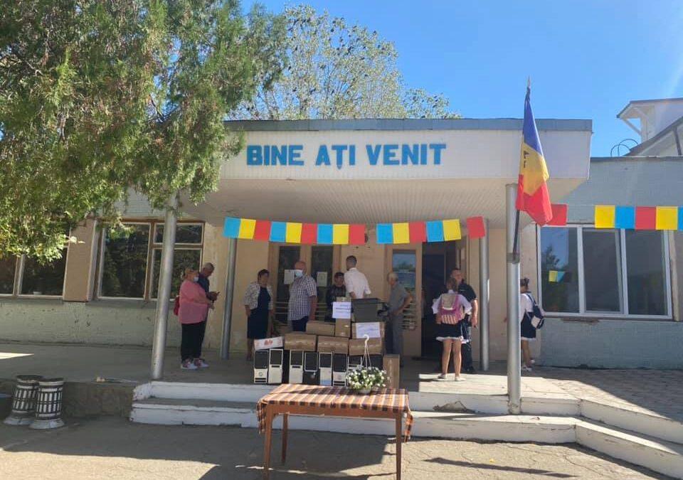 (GALERIE FOTO) Donație de calculatoare la singurul liceu românesc din raionul Taraclia